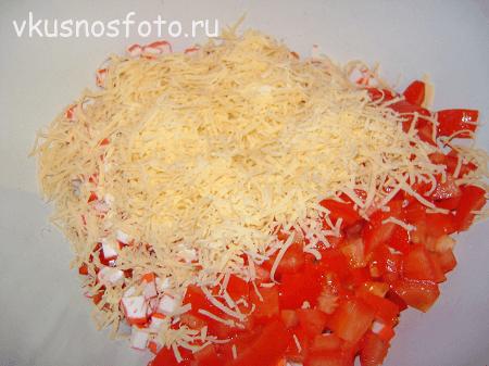 salat-krabovyie-palochki-pomidoryi-syir-