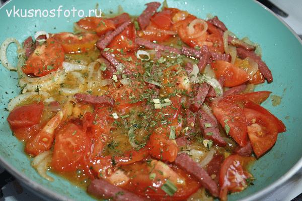 Kak-prigotovit-yaichnitsu-s-pomidorami.