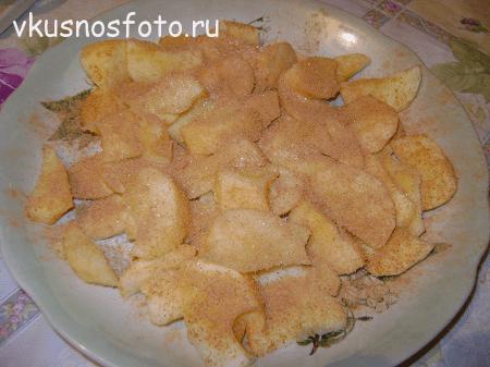 yablochnyiy-pirog-s-koritsey