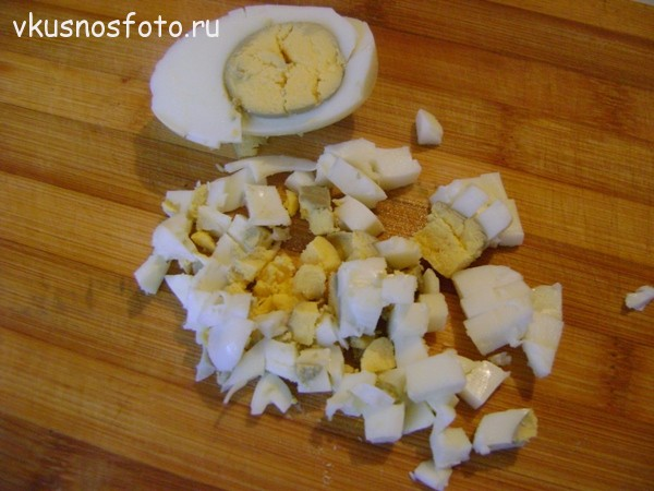 режем кубиками яйца