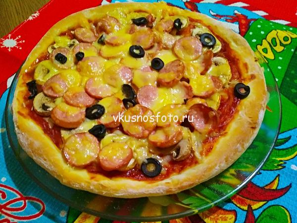 Домашняя пицца с сосисками.